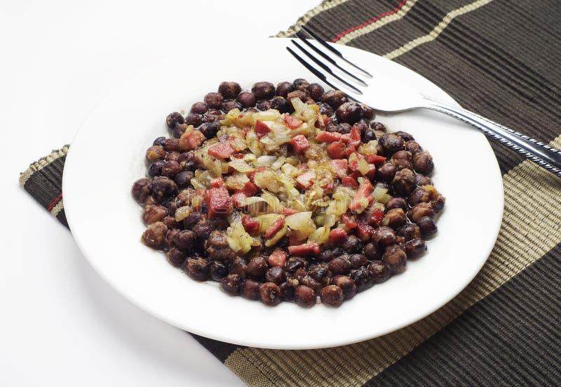 灰色豌豆用烟肉和香肠 库存照片