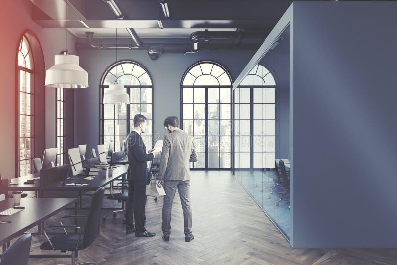 灰色露天场所被定调子的办公室内部 图库摄影
