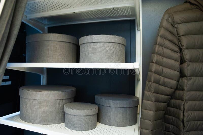灰色颜色,存贮题材存贮的箱子在架子的,清洗在房子里 免版税图库摄影