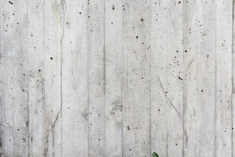 灰色conrete墙壁喜欢木头 库存照片