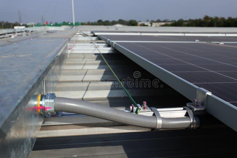 灵活的输送管道连接了到Wireway太阳PV屋顶 免版税库存图片