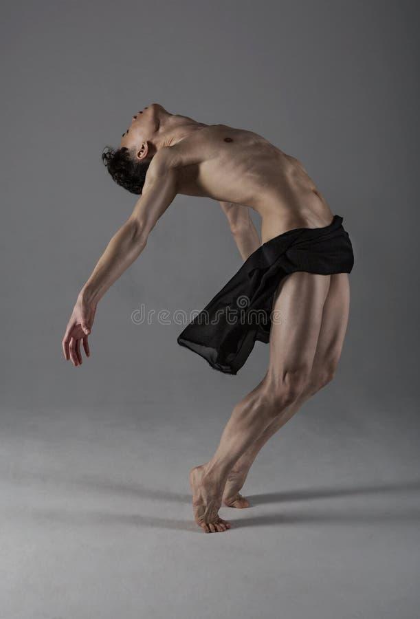 年轻灵活的舞蹈家 免版税库存图片