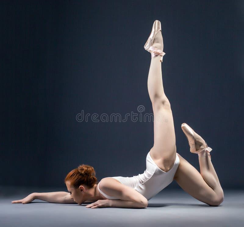灵活的芭蕾舞女演员跳舞的图象在演播室 免版税库存照片