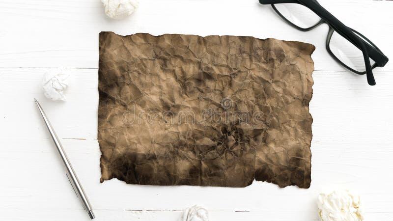 灼烧的包装纸和被弄皱的纸 库存照片