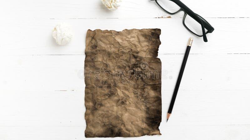 灼烧的包装纸和被弄皱的纸 免版税库存照片