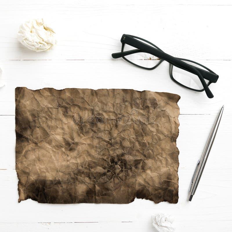 灼烧的包装纸和被弄皱的纸 图库摄影