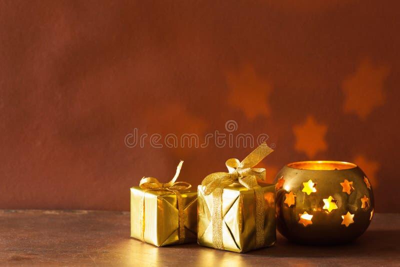 灼烧的圣诞节灯笼和礼物背景 免版税库存图片