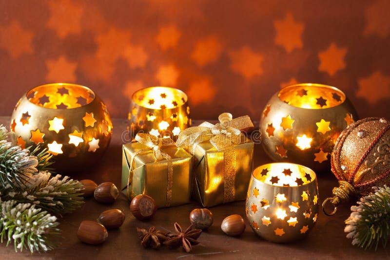 灼烧的圣诞节灯笼和装饰背景 免版税库存图片