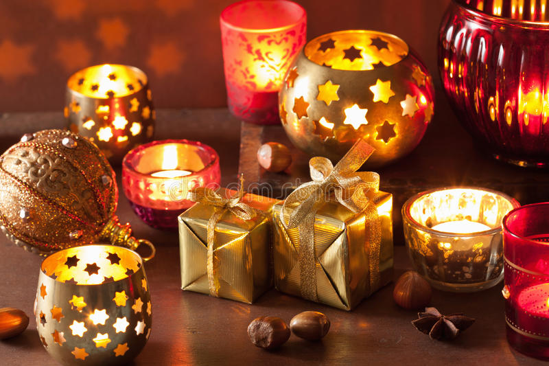 灼烧的圣诞节灯笼和装饰 库存照片