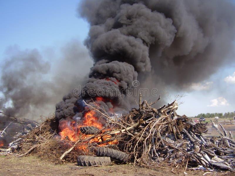 灼烧的堆垃圾 免版税库存图片