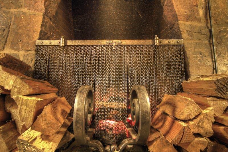 灼烧的壁炉石头木头 免版税库存图片