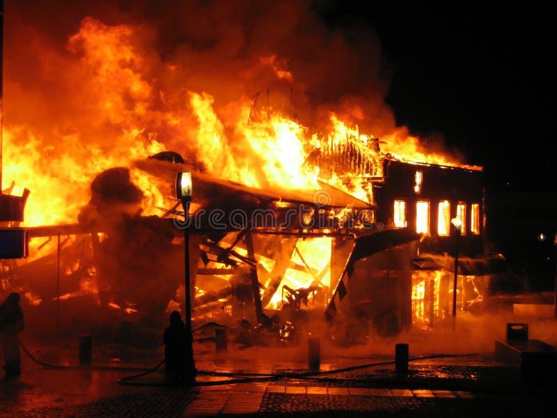 灼烧的战斗消防队员房子 免版税图库摄影