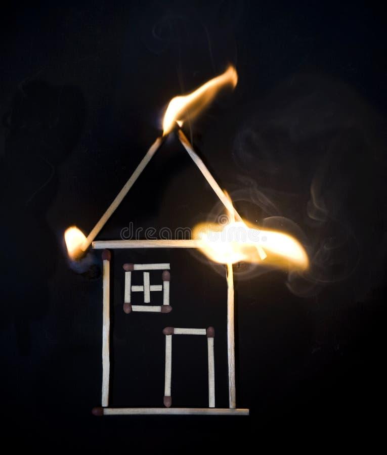 灼烧的房子符合 库存照片