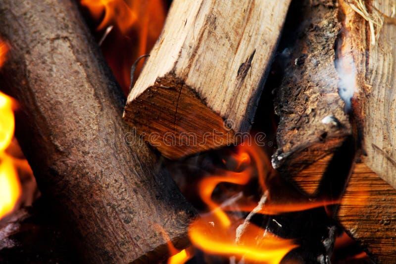 灼烧的木头 免版税库存图片
