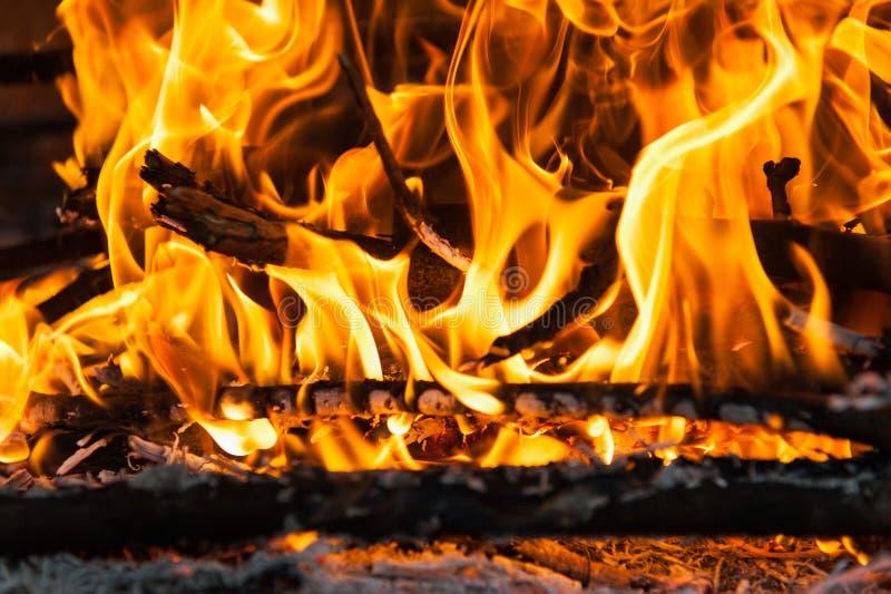 灼烧的木头 免版税库存照片