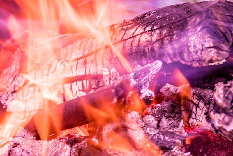 灼烧的火、烟、木头、灰和煤炭背景或纹理  免版税库存照片