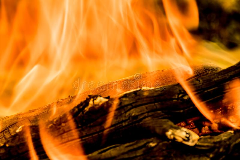 灼烧的火、烟、木头、灰和煤炭背景或纹理  免版税库存图片