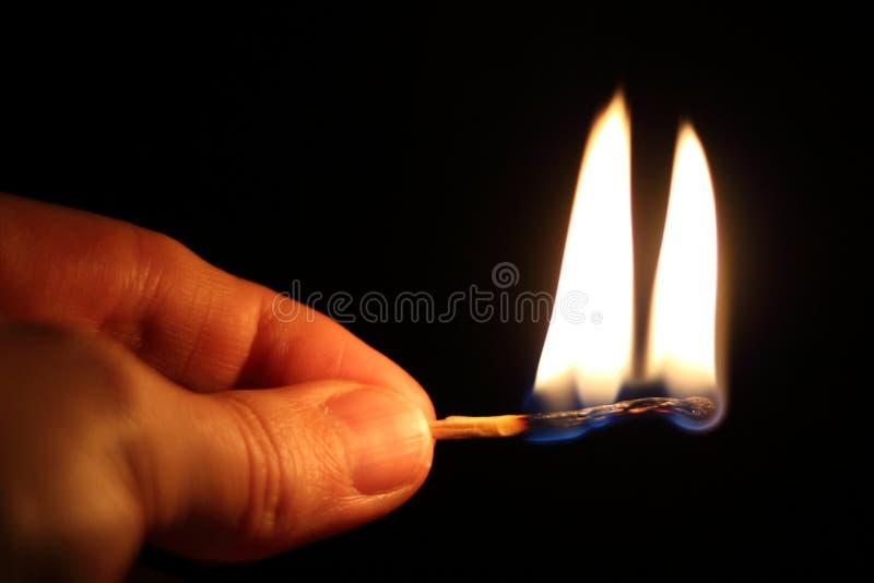 灼烧的火柴梗在手上 免版税库存照片