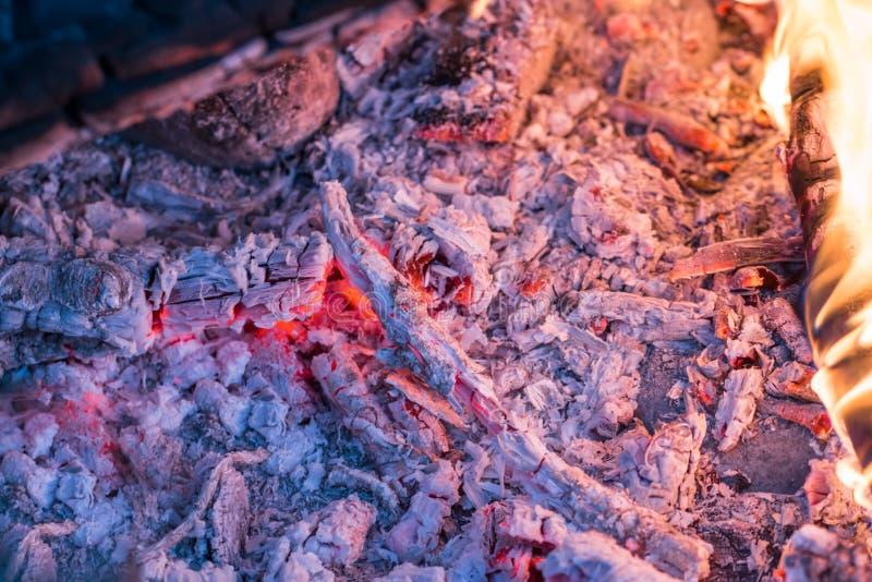 灼烧的炭烬特写镜头 免版税库存图片