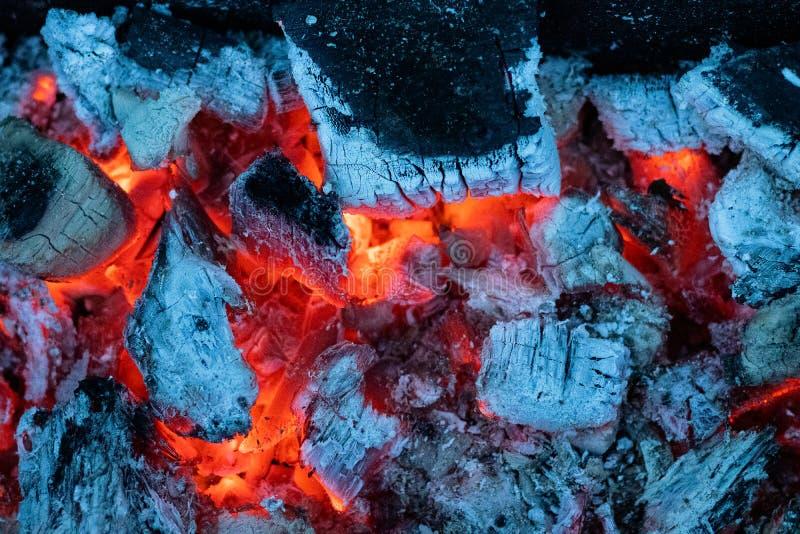 灼烧的煤炭的冷的颜色 免版税库存照片