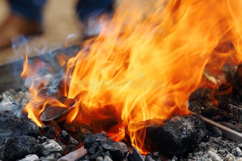 灼烧的煤炭看法与明亮的橙色火焰的在匠 免版税库存照片