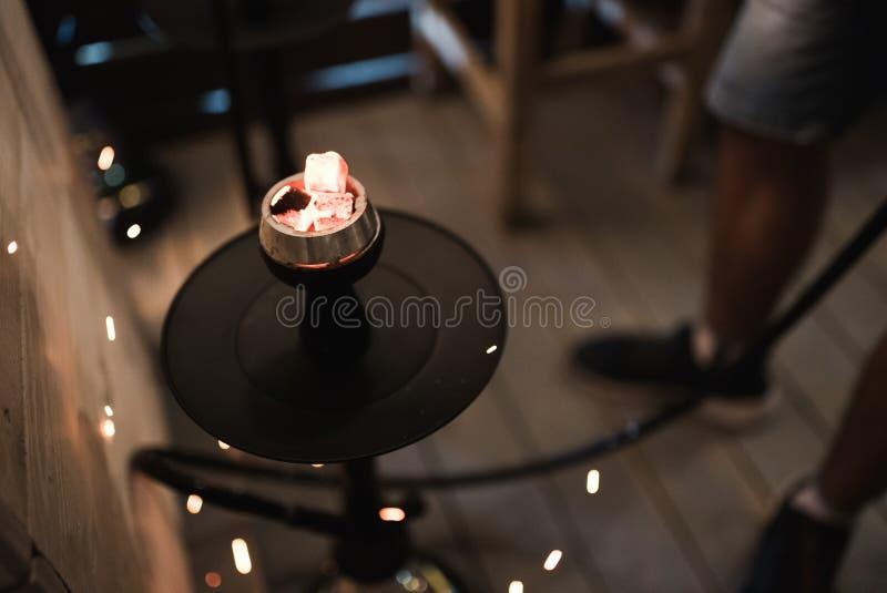 从灼烧的煤炭水烟筒的火花 在碗的水烟筒烟草 免版税图库摄影