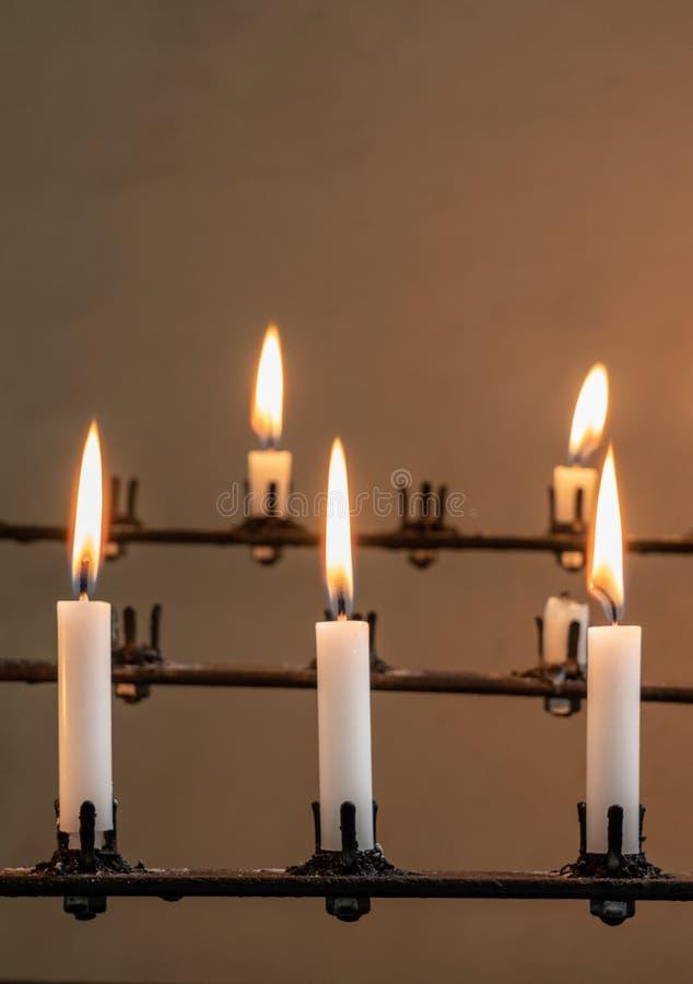 灼烧的祷告蜡烛立场在老教会里 库存图片