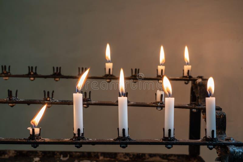 灼烧的祷告蜡烛立场在老教会里 库存照片