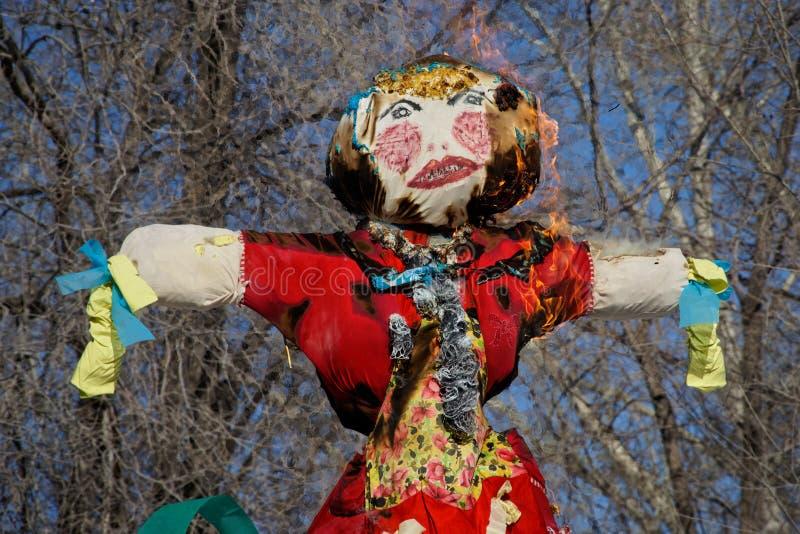 灼烧的稻草人玩偶为斯拉夫的假日Maslenitsa 库存照片