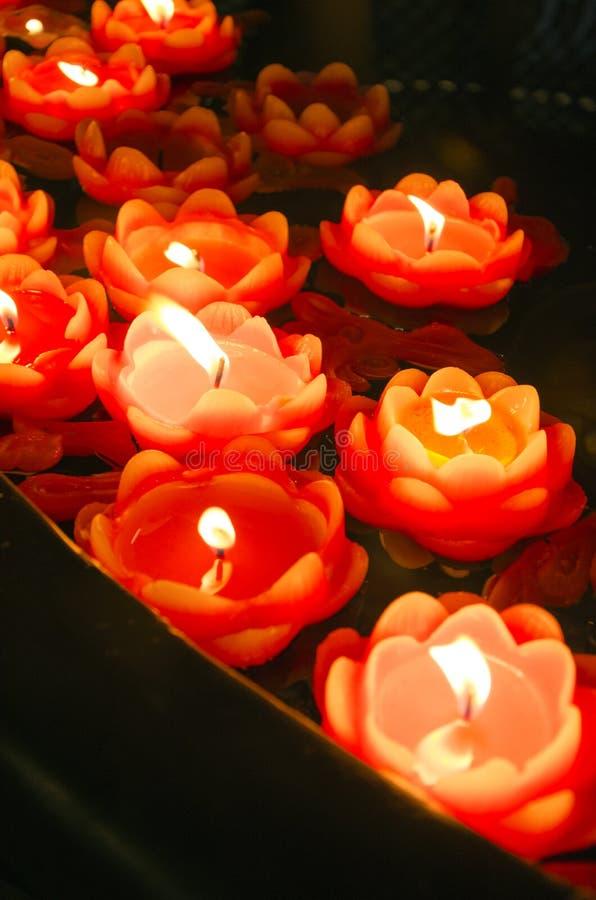 灼烧的莲花形状的红色蜡烛 免版税库存图片