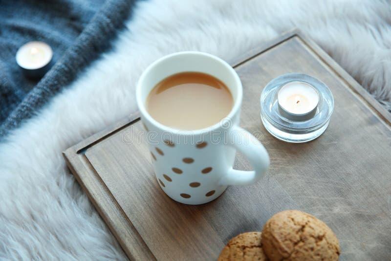 灼烧的蜡烛、咖啡和曲奇饼 库存照片