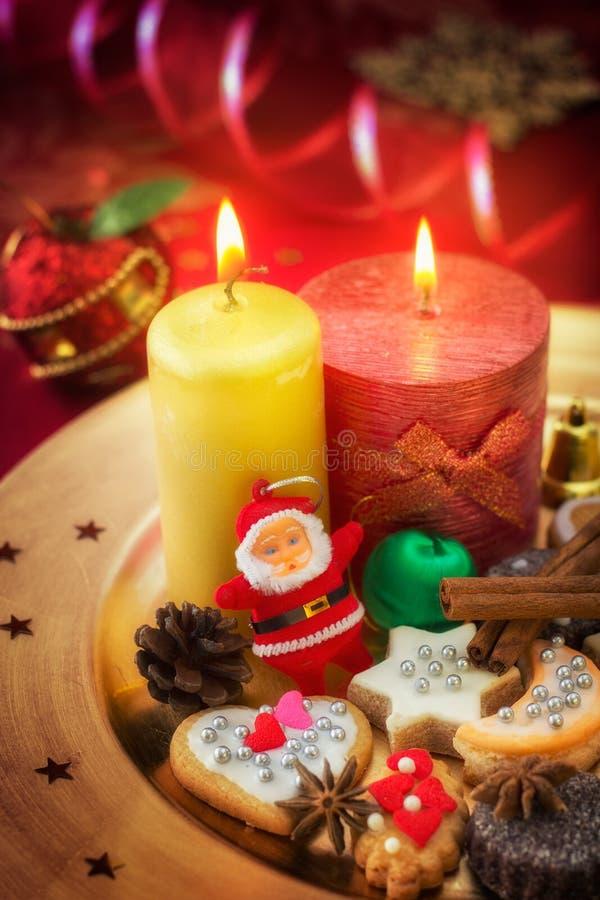 灼烧的蜡烛和曲奇饼与圣诞节装饰, Xmas bac 库存照片