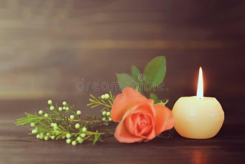 灼烧的蜡烛和花 图库摄影