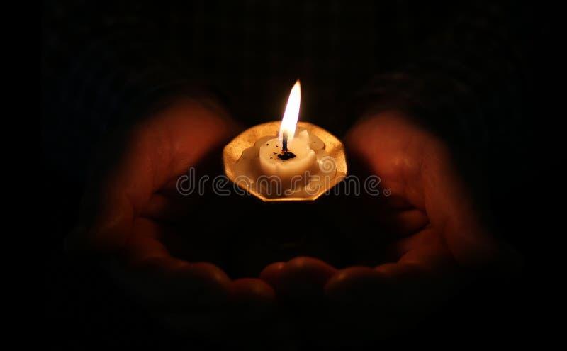 灼烧的蜡烛在手上 免版税库存照片