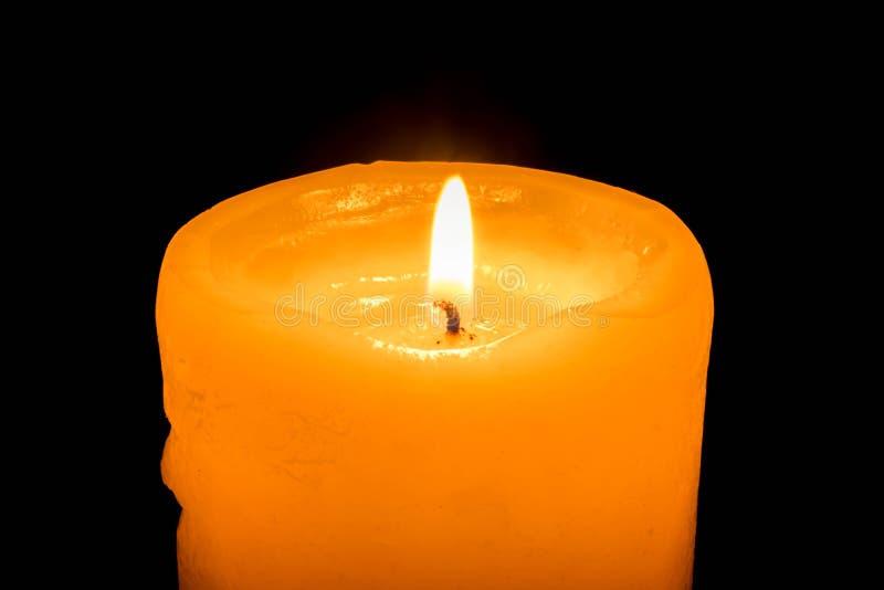 灼烧的蜡烛在黑暗中 免版税库存照片