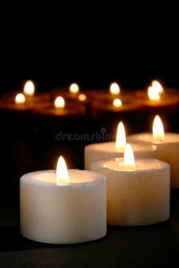 灼烧的蜡烛奉献的教会 免版税图库摄影