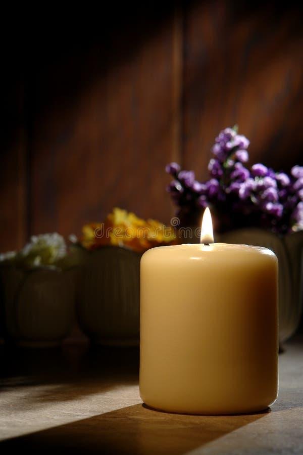 灼烧的蜡烛柱子反映精神 库存照片