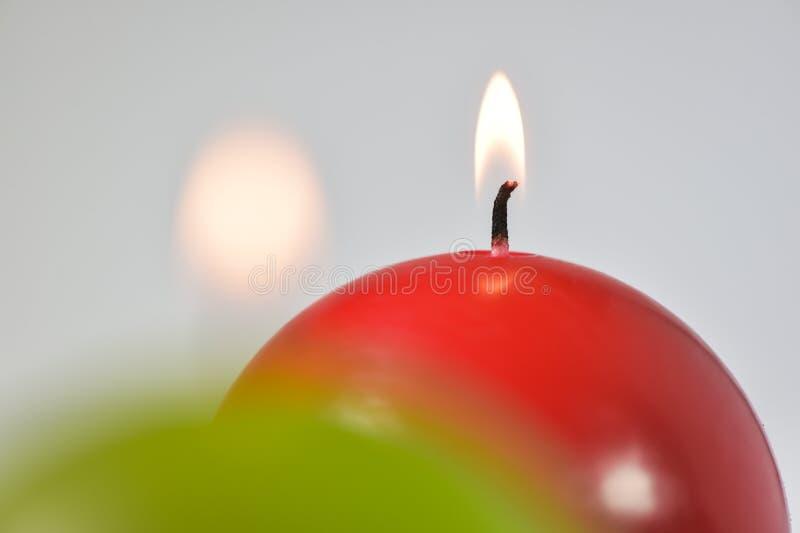 灼烧的蜡烛绿色和红色 免版税库存图片