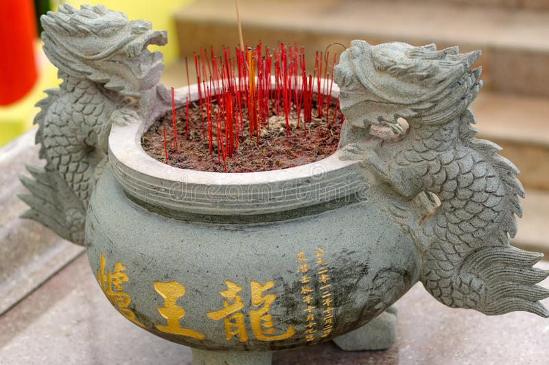 灼烧的香火在中国佛教寺庙的偶象棍子罐黏附在槟榔岛,马来西亚 免版税库存照片