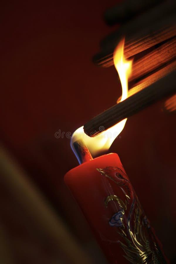 灼烧的香火在红色蜡烛黏附庆祝传统 库存照片