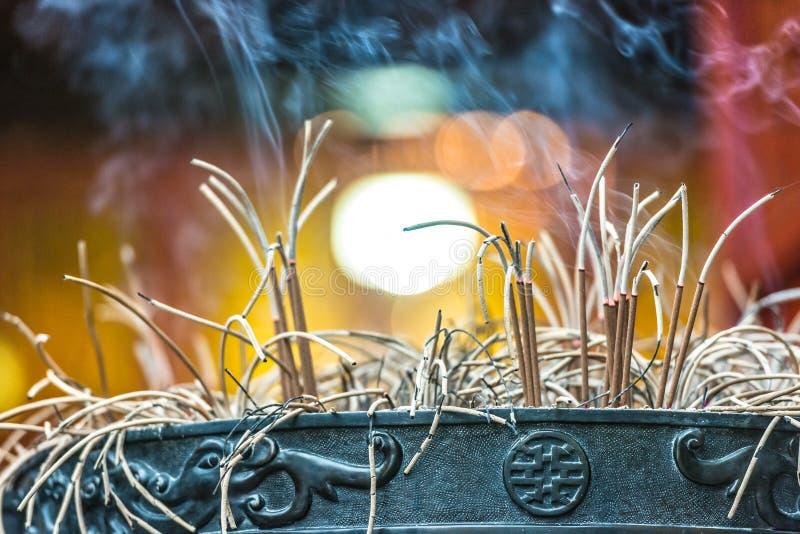 在越南寺庙的灼烧的香火棍子。 库存图片