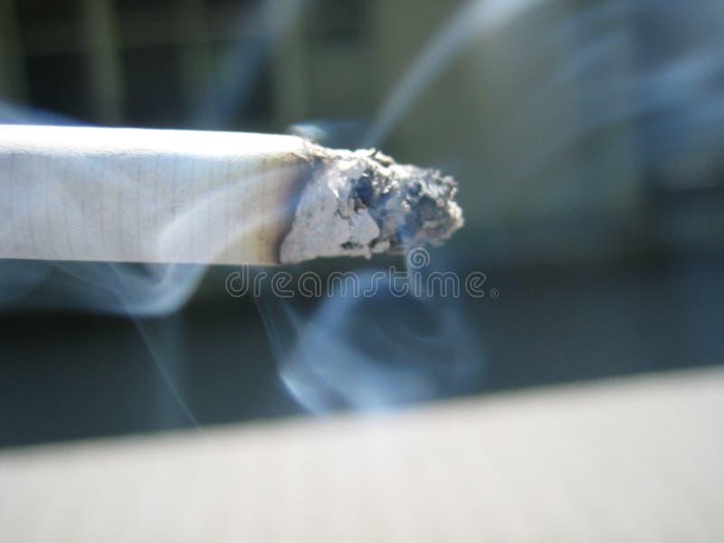 灼烧的香烟 库存图片