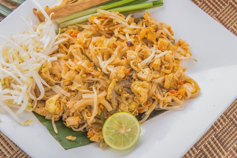 炒米棍子用虾、泰国传统食物垫泰语、炒面用虾或大虾 免版税库存照片