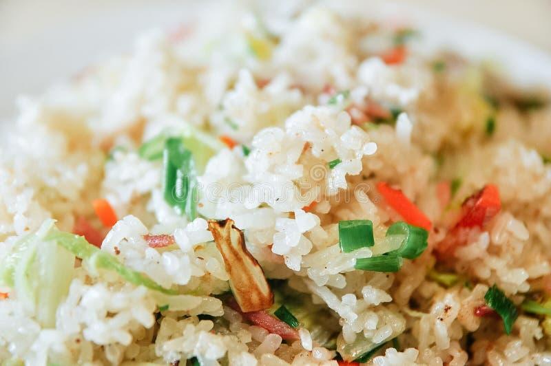 炒米用青椒和切细的猪肉 免版税库存图片