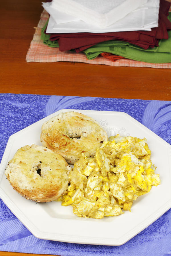 炒蛋和一顿敬酒的百吉卷早餐 免版税库存照片