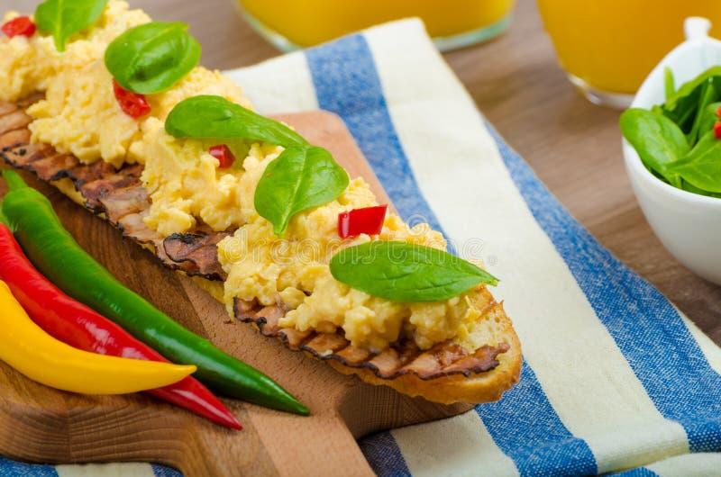 炒蛋用多士和新鲜的沙拉 免版税库存照片