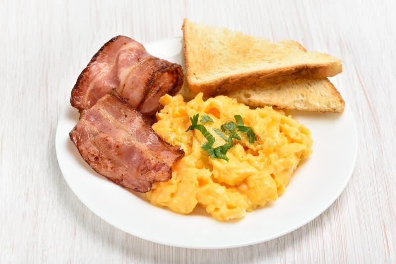 炒蛋用烟肉和多士 库存照片