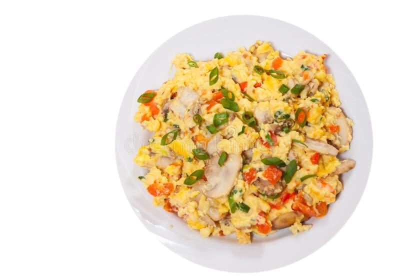 炒蛋用蘑菇和菜 顶视图 查出 免版税库存图片