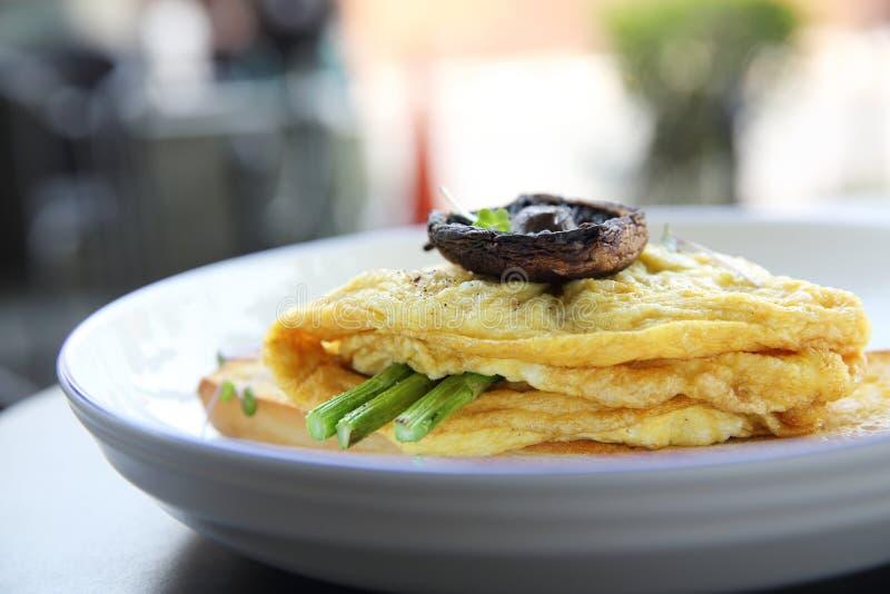 炒蛋用面包芦笋和蘑菇 免版税库存图片