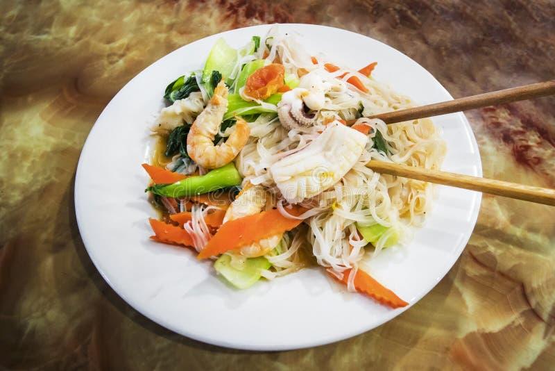 炒面泰国样式用虾、炒米棍子用虾章鱼和鱼,垫泰语用虾 免版税库存图片
